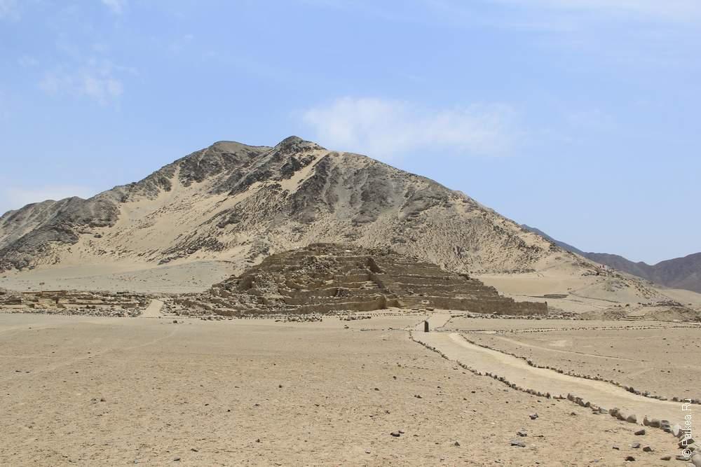 Пирамида с горой-близнецом