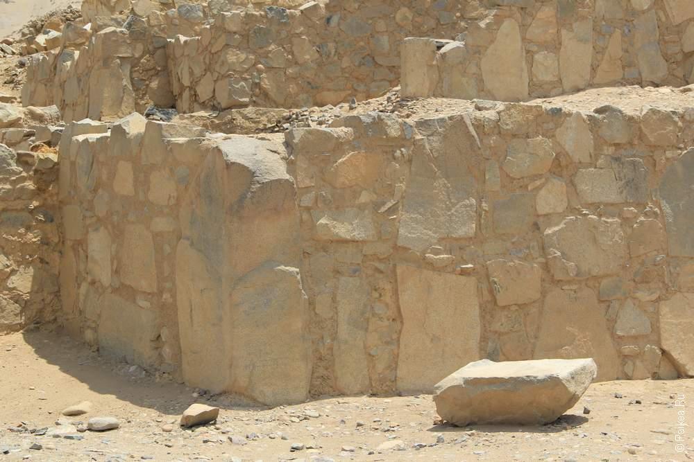 Мегалиты тоже использовались при строительстве Караля. Но, как видно, это весьма небрежное обращение с камнем.