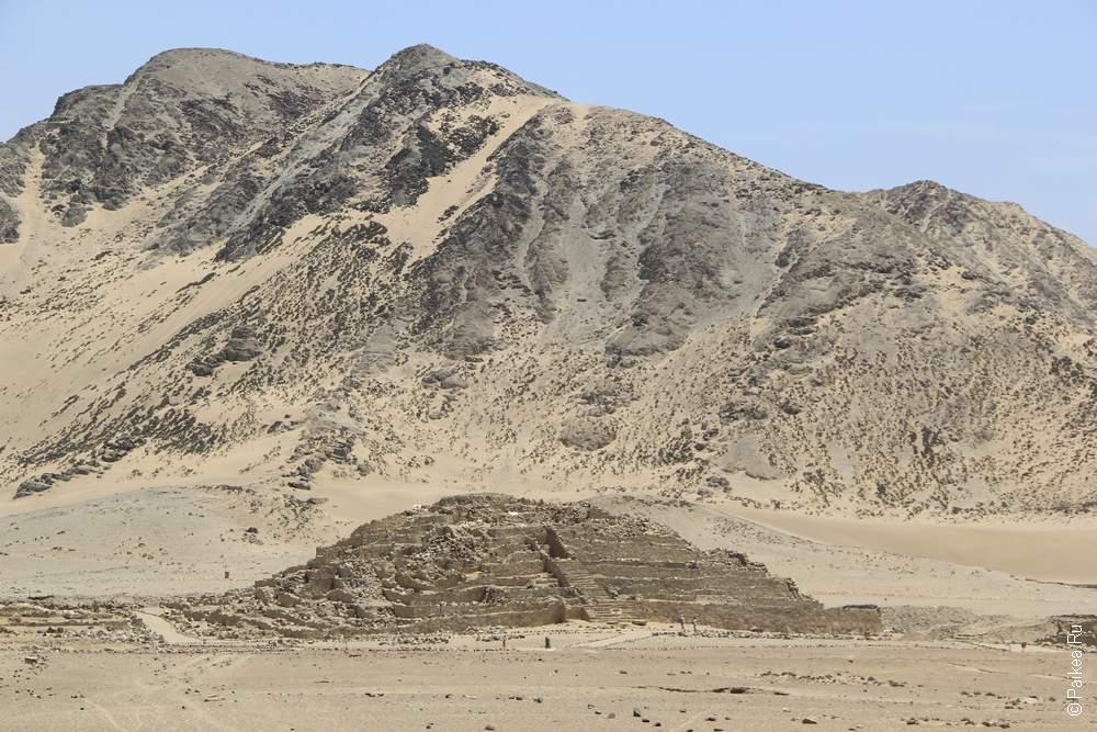 Пирамида на фоне горы