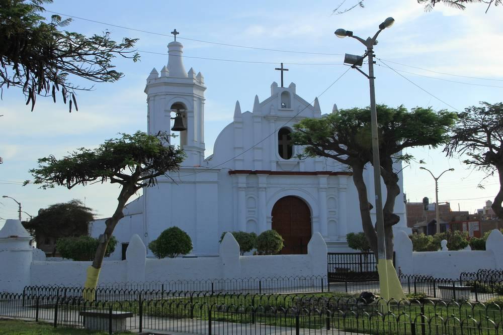 За этой церковью - уака ла Эсмеральда!