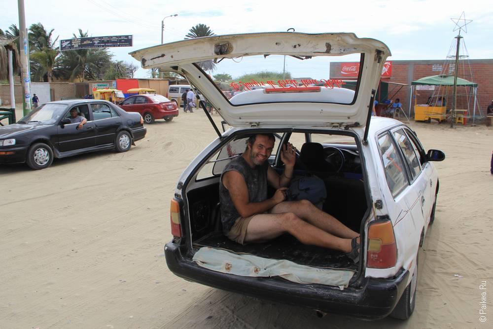 человек в багажнике машины