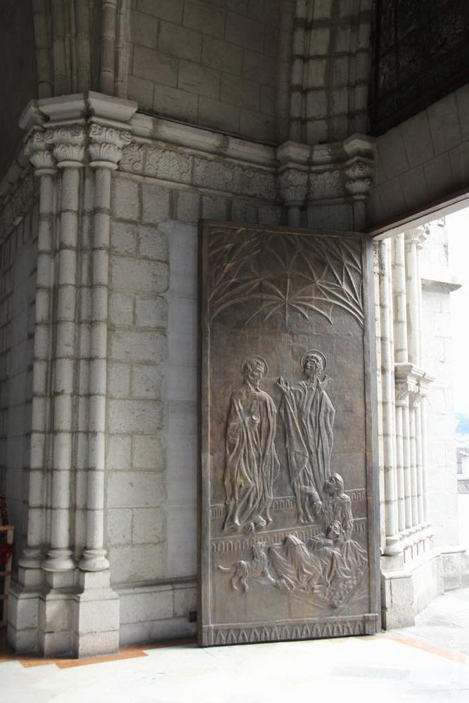 дверь готического собора в кито