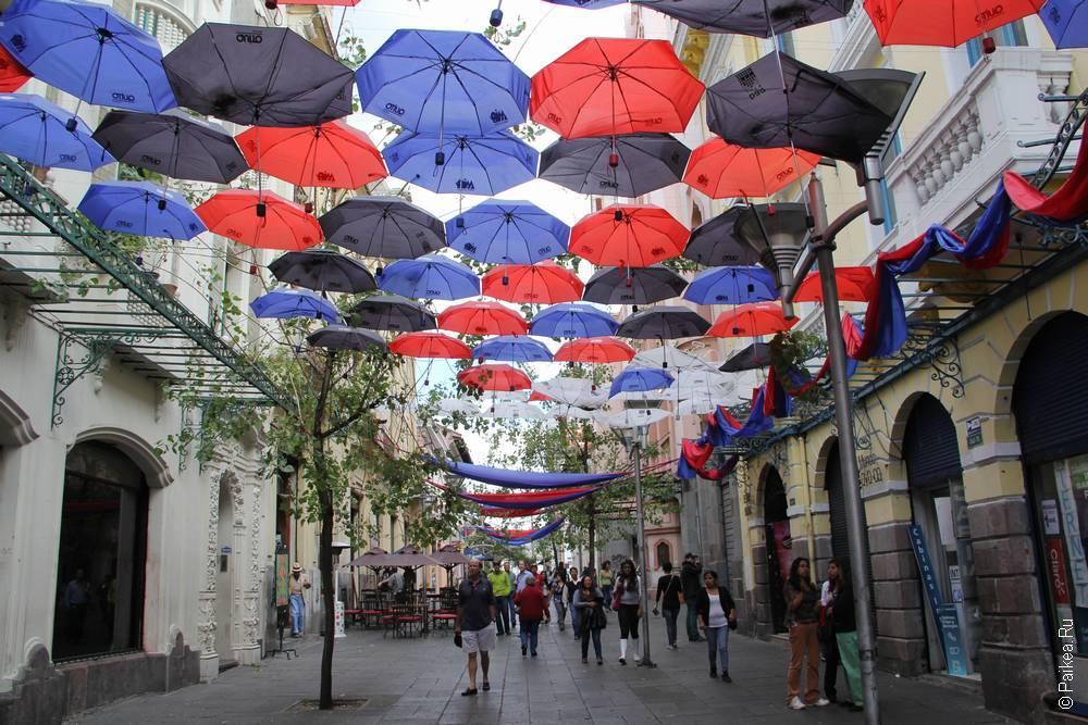 зонтики висят над улицей