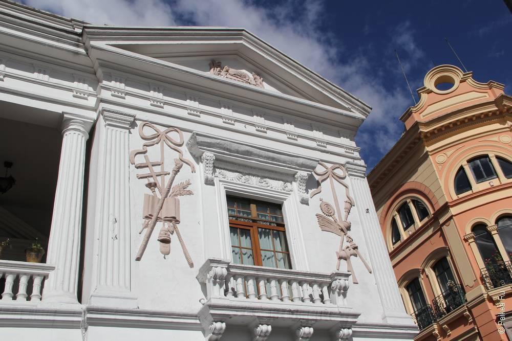 дом с колоннами и балконом