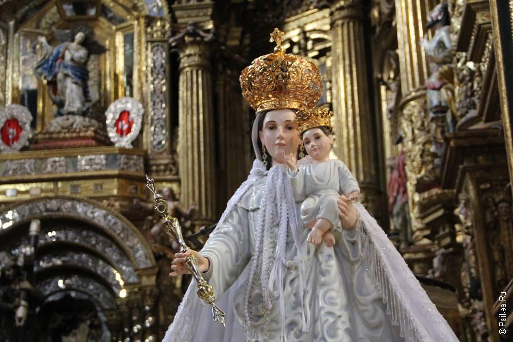 статуя девы марии с иисусом