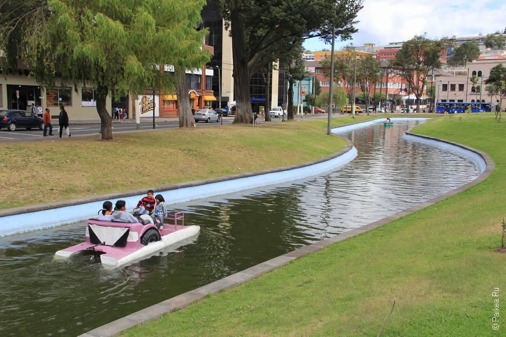 катамаран плывет по каналу