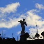 статуя марии в кито