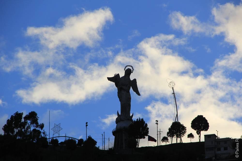 статуя марии на фоне неба