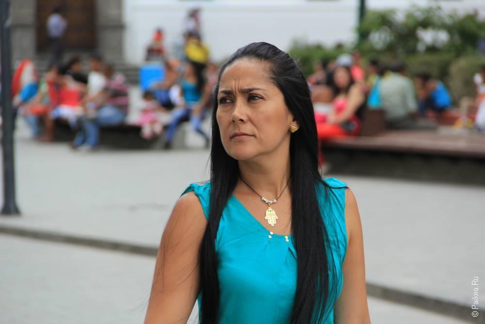 Строгая и красивая колумбийская сеньора