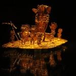 Лодка из бальсы представлена миниатюрной золотой копией