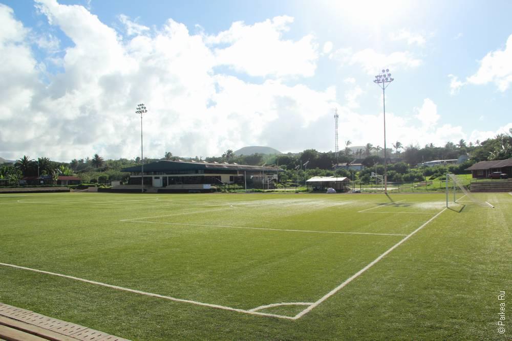 Футбольное поле на берегу океана
