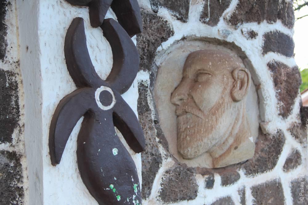 Белый бородатый мужчина в оформлении церкви похож на Тура Хейердала