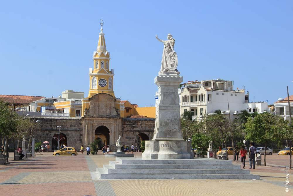 Башня с часами и статуя в Картахене