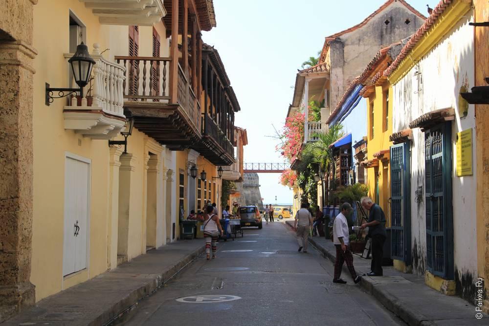 Узкая улица в старом городе Колумбии