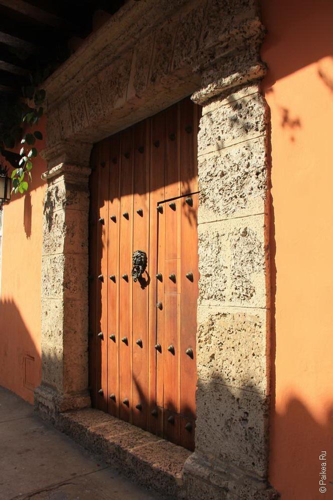 Деревянная дверь с молоточком