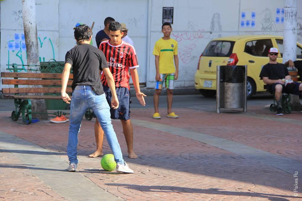 Играют в футбол на площади