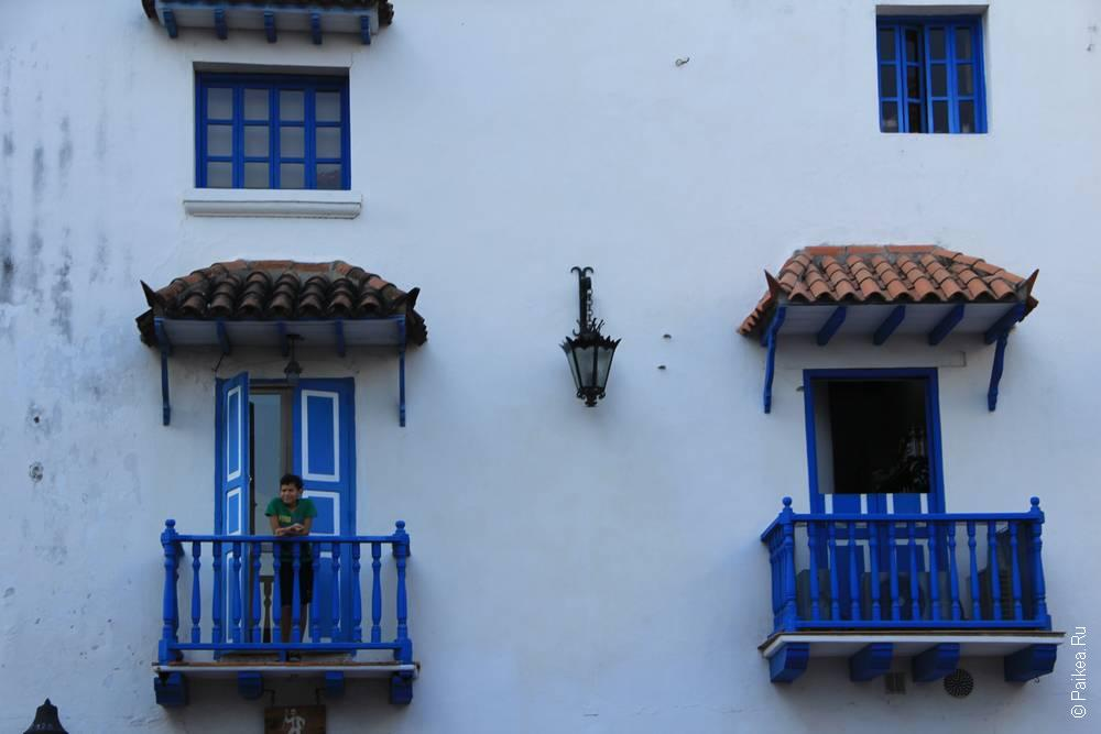 Балкон голубого цвета