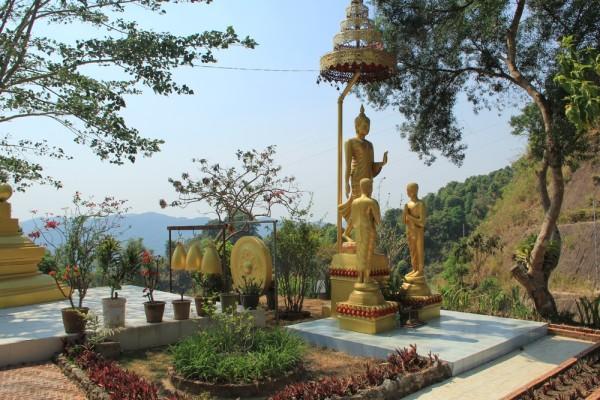 Симпатичный храм в деревне лава