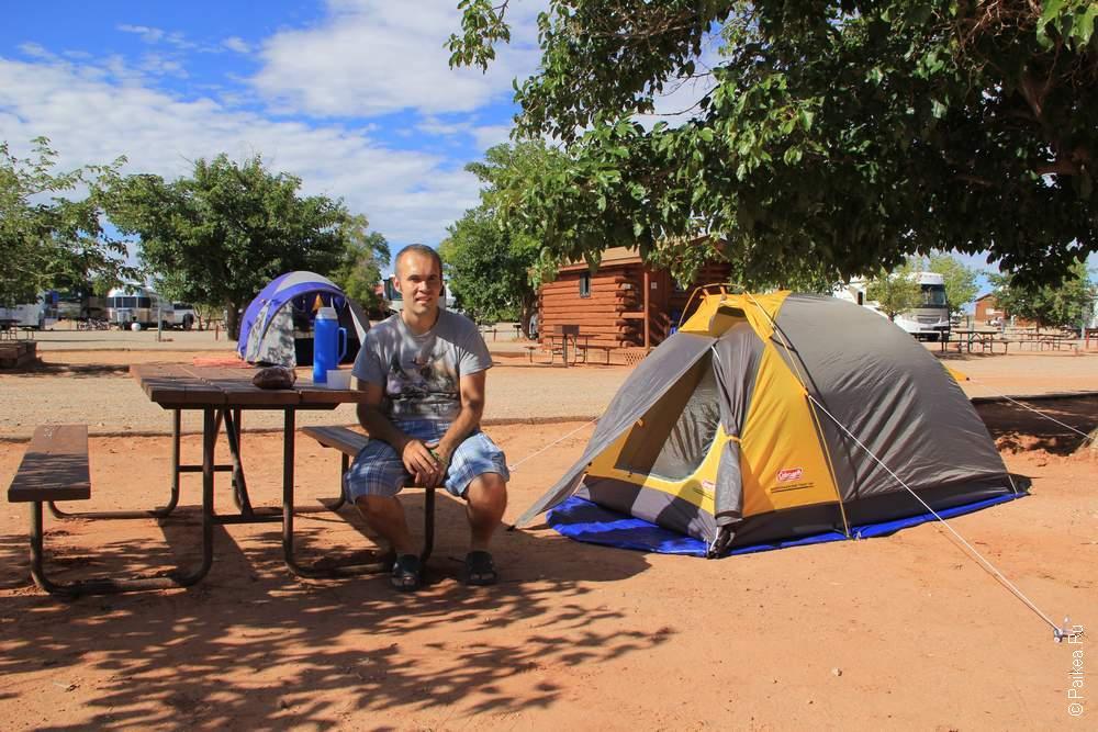Палатка и стол в кемпинге