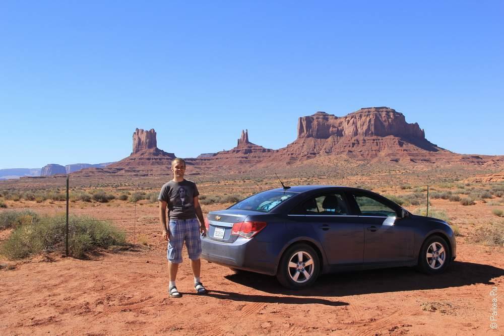 Машина на фоне Долины монументов в Аризоне