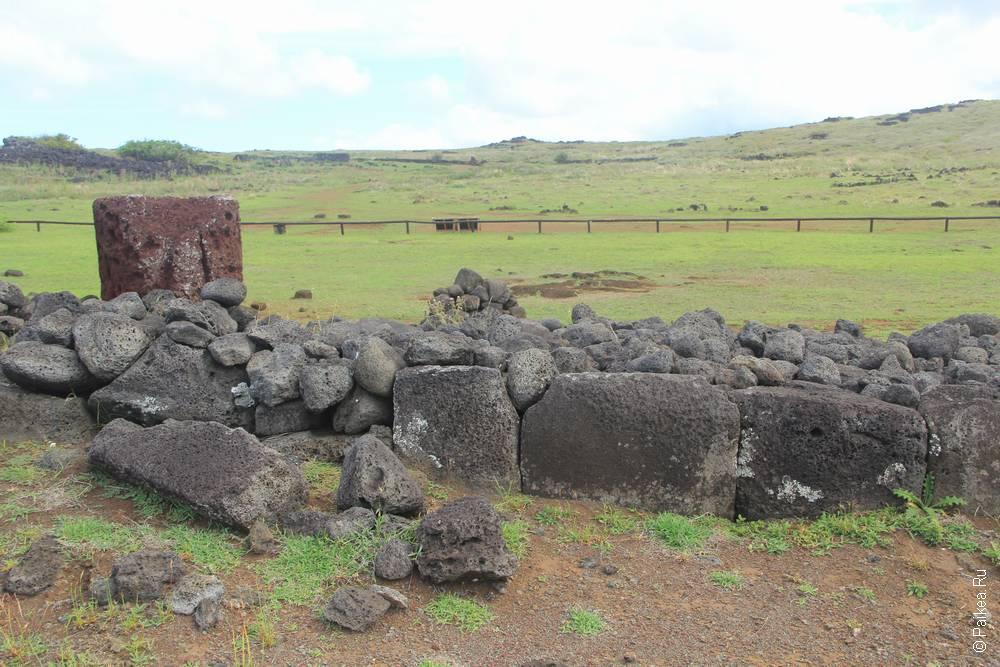 Аху у Паро выполнена уже в подражательном стиле. Возможно камни были найдены здесь и поставлены, как вышло. Что было здесь раньше - неизвестно