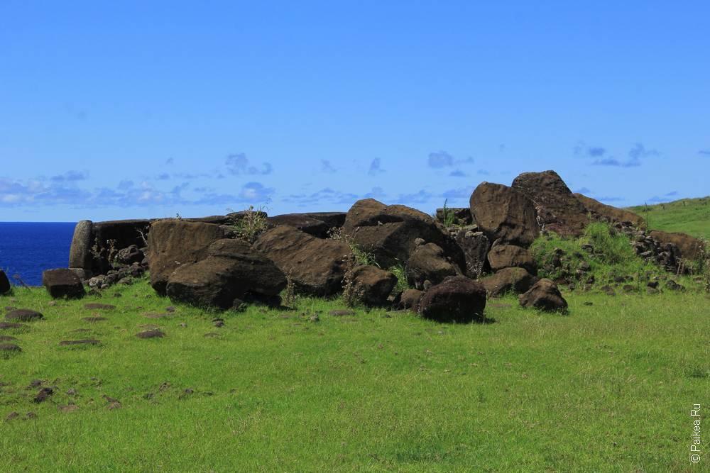 Сначала видно только развалины и павших гигантов