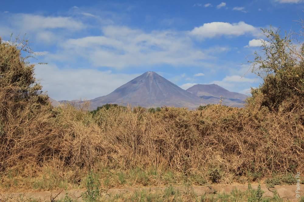 А вулкан отовсюду показывает себя, красавца!