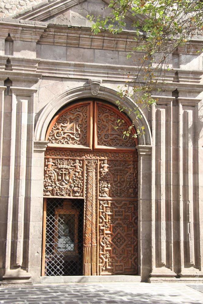 Очень красивые двери у соборов