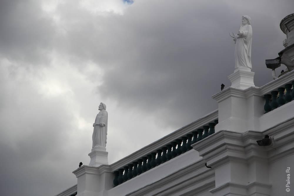 Небо нахмурилось над главной площадью эквадорской столицы