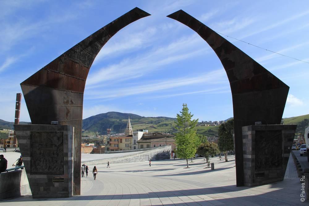 Вот такими современными инсталляциями встретил нас древний город Пасто