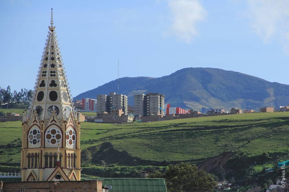Город лежит между живописных холмов