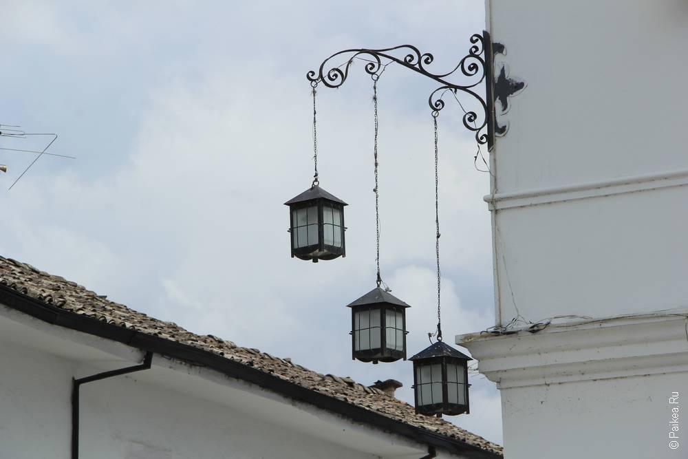 Старый город полностью выкрашен в белый цвет