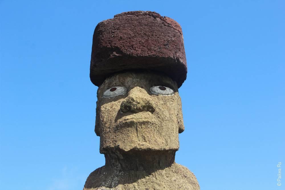 Первый встреченный моаи оказался приодетым. Для туристов стоит - в черте города
