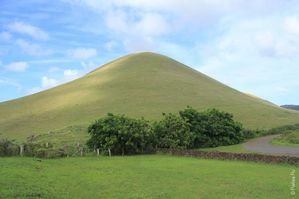 А этот холм рядом с каменоломней красного туфа тоже весьма похож именно на пуп земли