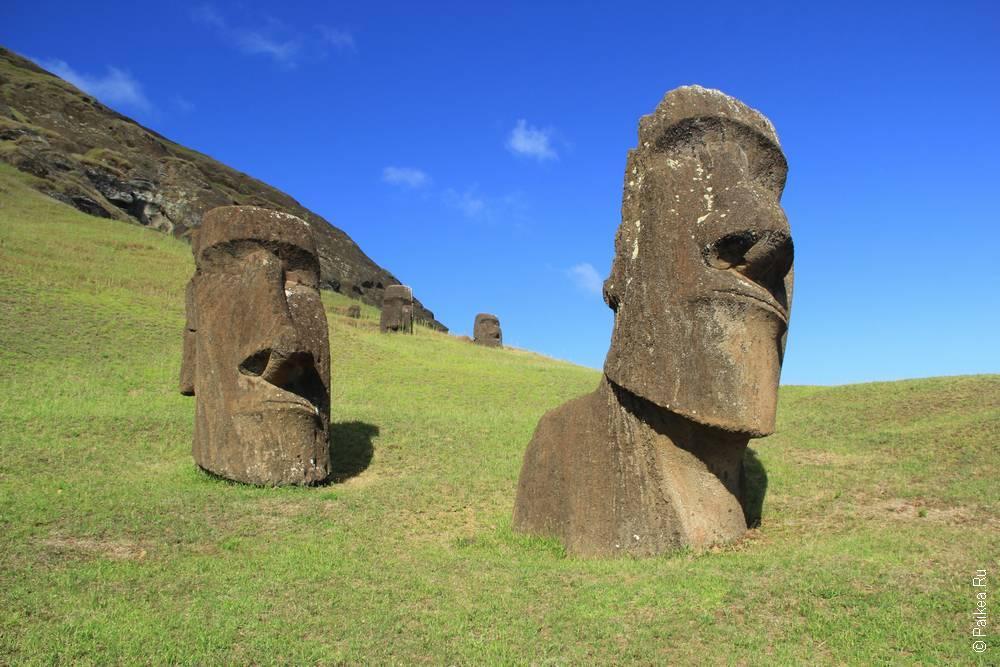 А эти вросли в землю, сходят по холму с каменоломни Рано Рараку