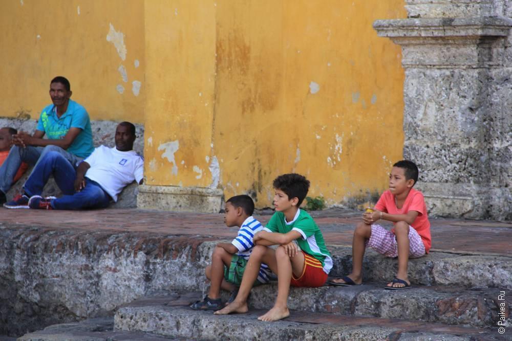 Дети ждут своей очереди сыграть в футбол