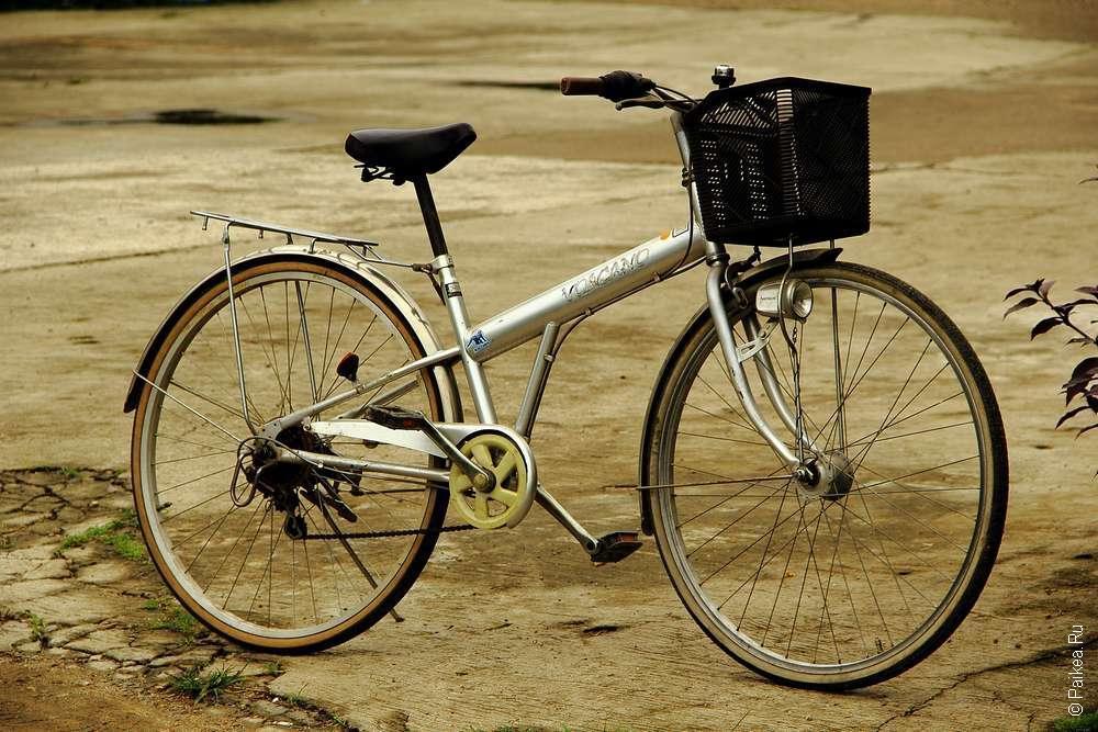 Двухколесный велосипед с корзинкой
