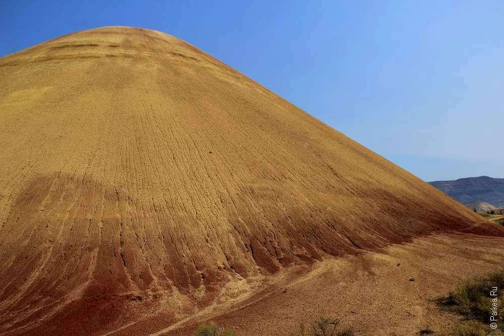 Красный холм покрывается желтым цветом
