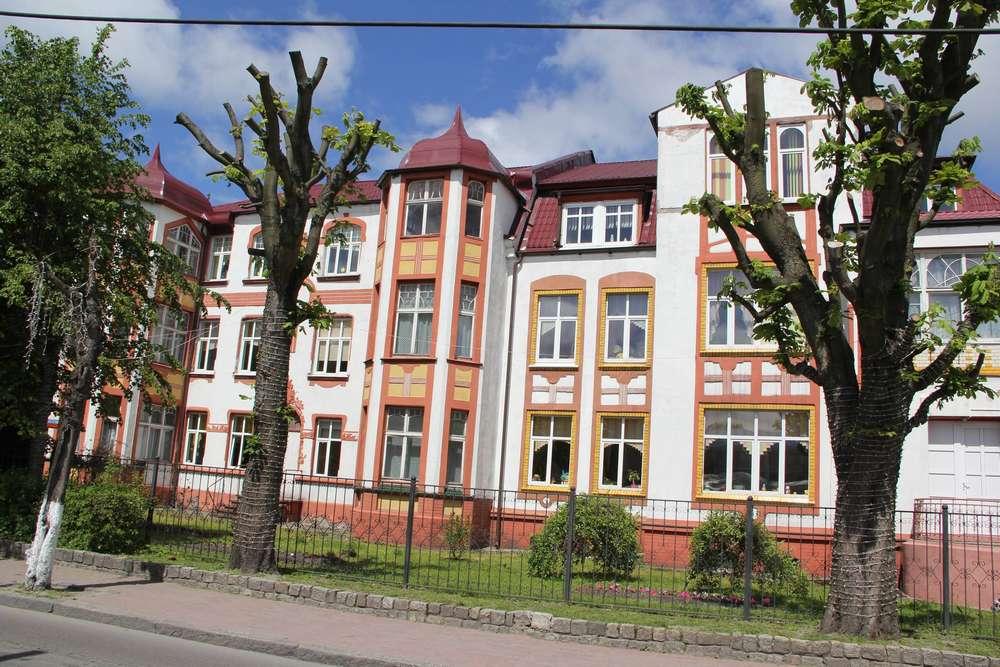 трехэтажный многоквартирный дом