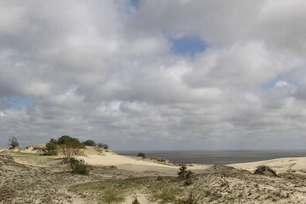 песчаные дюны и море