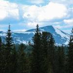 Высокие снежные горы