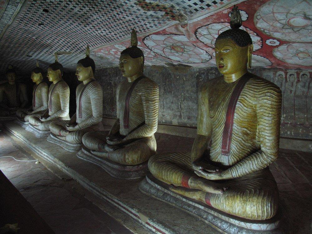 пещера с буддами в шри ланке в городе дамбулла