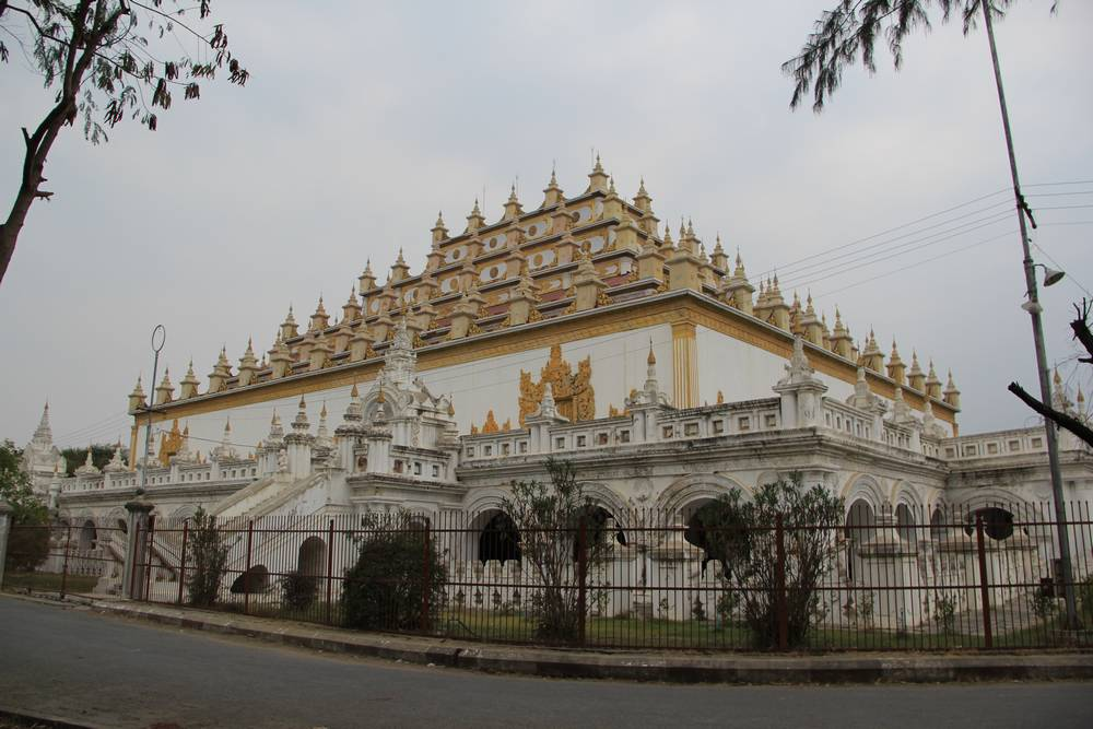 Пирамида зиккурат в Мьянме