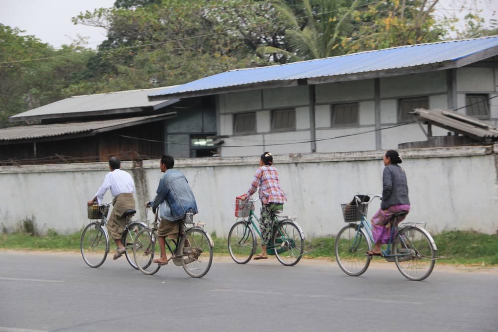 В Мьянме еще катаются на велосипедах