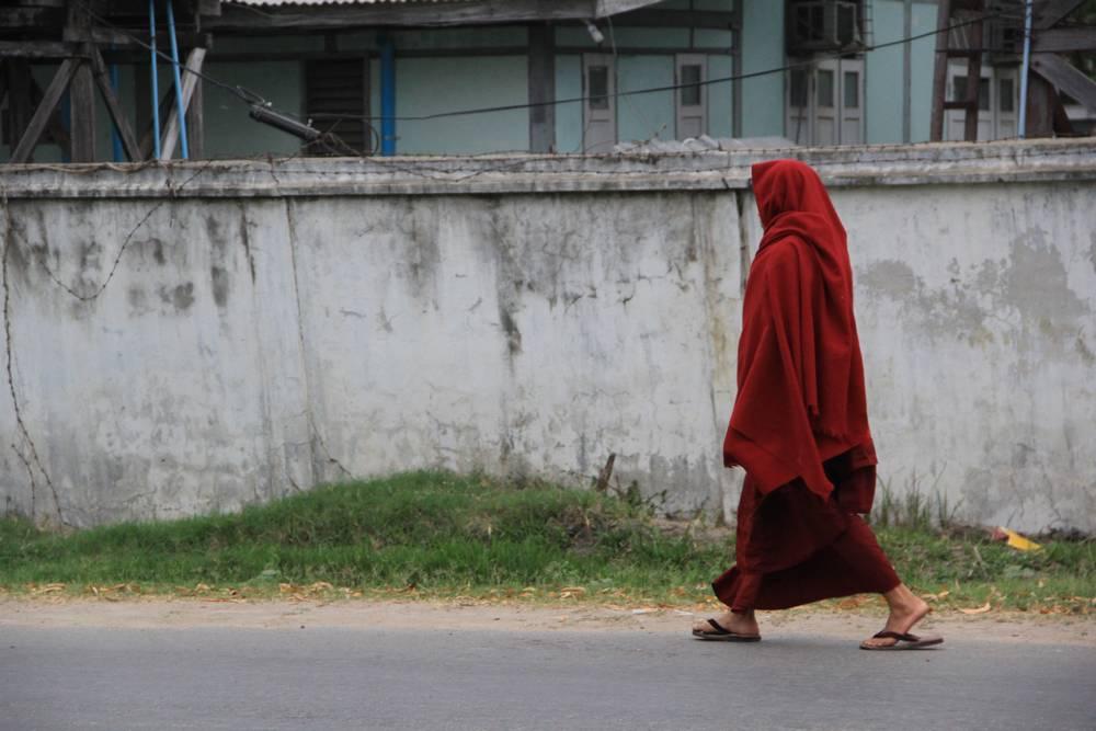 Монах-джедай на улицах Мандалая