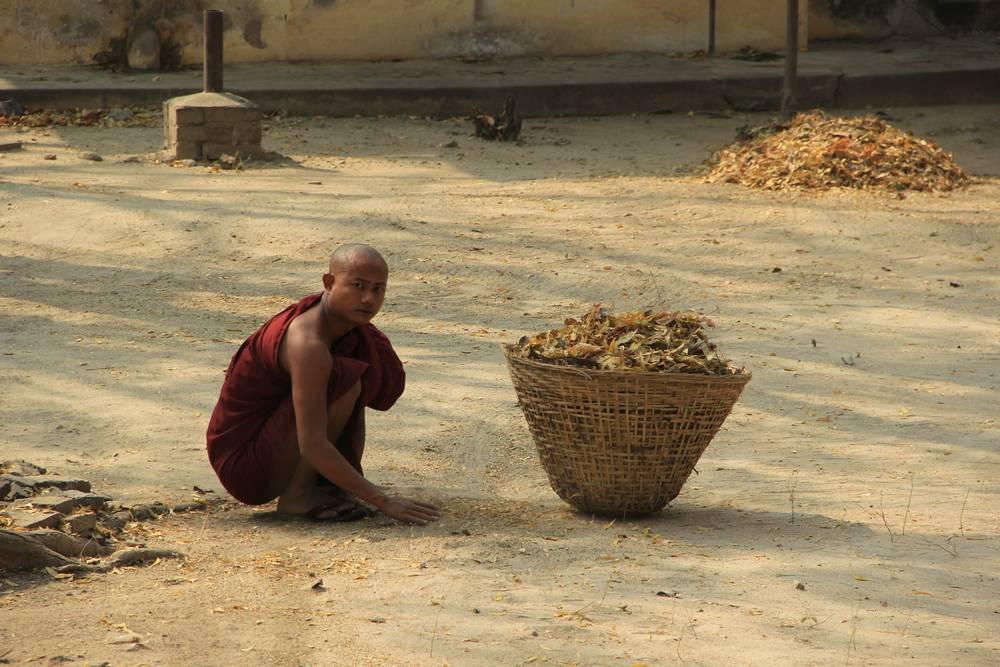 монах с корзиной листьев