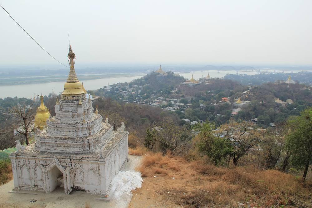 Белая пагода и вид на реку Иравади