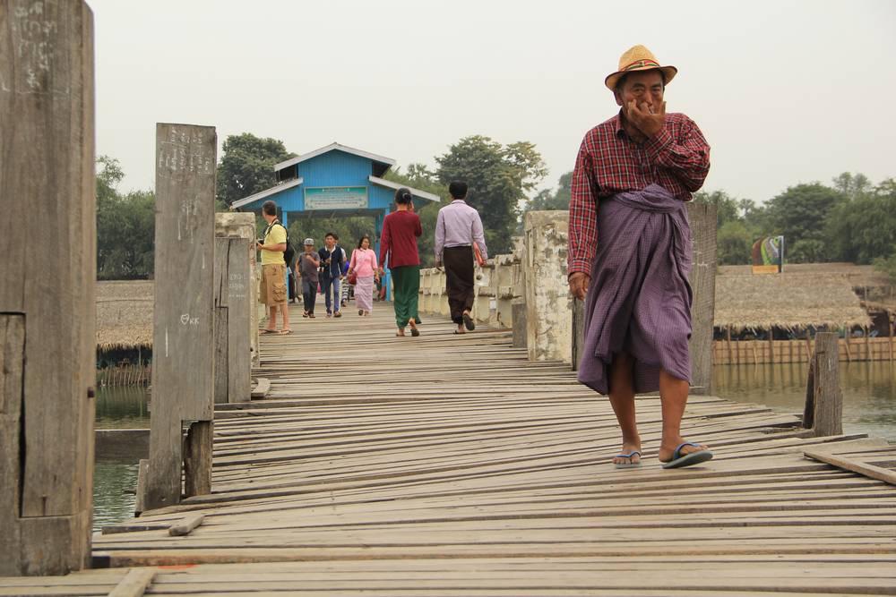 дядя идет по мосту