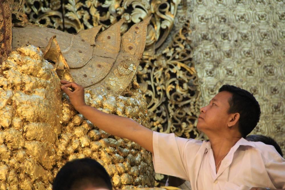 Золочение статуи Будды Махамуни