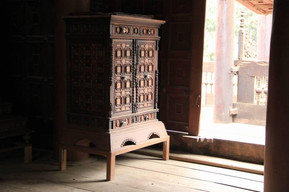 резной деревянный шкаф